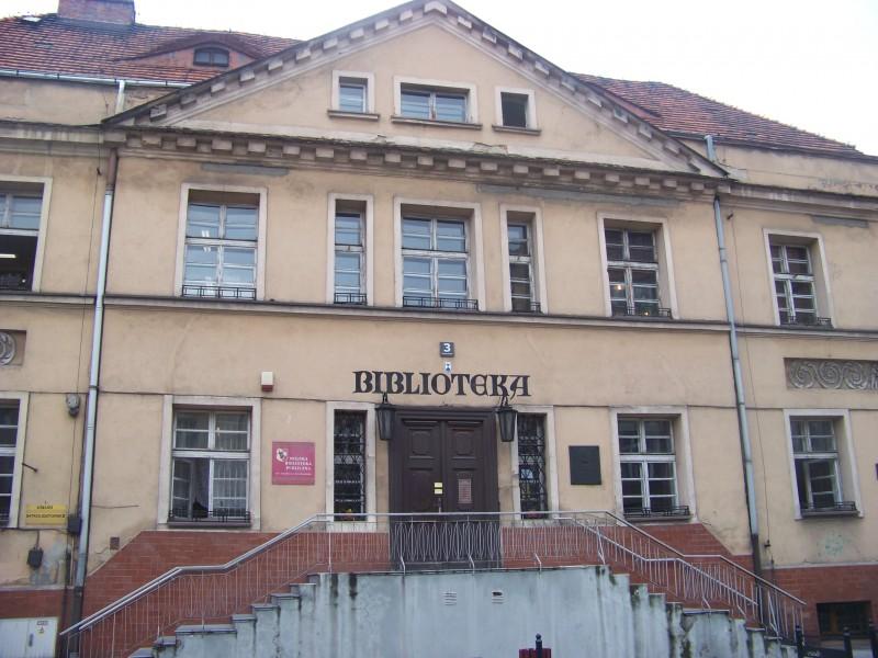 Miejska Biblioteka Publiczna im. Stanisława Grochowiaka w Lesznie przy ul. B. Chrobrego 3